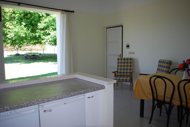 casa-matilde-soggiorno-cucina-giardino - Case vacanze Il Gelso